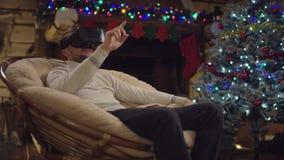Hombre adulto en vr en la Navidad almacen de metraje de vídeo