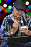 Hombre adulto feliz con helado Imagen de archivo