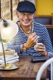 Hombre adulto feliz con helado Imagen de archivo libre de regalías