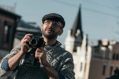 hombre adulto hermoso con la cámara de la película del vintage en viejo Imagen de archivo