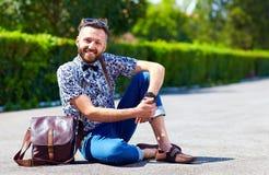 Hombre adulto joven alegre que presenta en el camino Fotografía de archivo