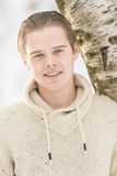 Hombre adulto joven atractivo en ropa del invierno Fotos de archivo