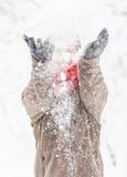 Hombre adulto joven atractivo en ropa del invierno Imagen de archivo