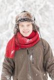 Hombre adulto joven atractivo en ropa del invierno Imagenes de archivo