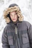 Hombre adulto joven atractivo en ropa del invierno Foto de archivo