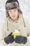 Hombre adulto joven atractivo en ropa del invierno Foto de archivo libre de regalías