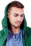 Hombre adulto joven con el retrato de la chaqueta verde aislado Imagen de archivo