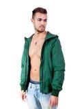 Hombre adulto joven con el retrato de la chaqueta verde aislado Fotografía de archivo
