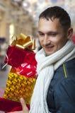 Hombre adulto joven con los regalos de la Navidad Fotos de archivo libres de regalías
