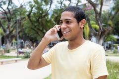 Hombre adulto joven egipcio en el teléfono Fotografía de archivo libre de regalías