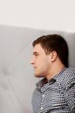 Hombre adulto joven hermoso en dormitorio Fotografía de archivo