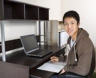 Hombre adulto joven que estudia para la escuela Imagenes de archivo