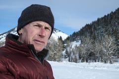 Hombre adulto maduro en paisaje del invierno Fotografía de archivo libre de regalías