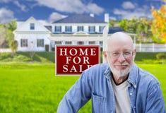 Hombre adulto mayor delante de la muestra de Real Estate, casa Fotografía de archivo libre de regalías