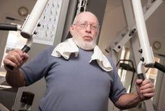 Hombre adulto mayor en la gimnasia Foto de archivo libre de regalías