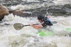 Hombre adulto que bate un kajak en el río Forma de vida activa imagen de archivo