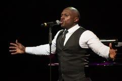 Hombre adulto que canta