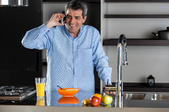 Hombre adulto que habla en el teléfono móvil Foto de archivo libre de regalías