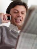 Hombre adulto que lee listados de bolsa en el país imágenes de archivo libres de regalías