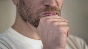 Hombre adulto serio con la barbilla del frotamiento de la barba, teniendo dudas, pensando, primer Imágenes de archivo libres de regalías