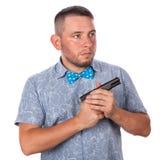 Hombre adulto serio con una barba en una corbata de lazo azul en camisa del verano Fotos de archivo