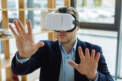 Hombre adulto serio que usa los vidrios 3d Imagenes de archivo