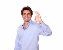 Hombre adulto sonriente que gesticula la muestra aceptable Foto de archivo libre de regalías