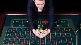 Hombre afortunado que gana en un casino que juega la ruleta, visión superior almacen de video