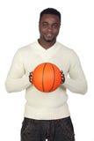 Hombre africano atractivo con una bola de la cesta Foto de archivo libre de regalías