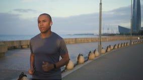 Hombre africano del retrato que activa en el puente peatonal en ciudad El basculador prefiere lifestule sano almacen de video