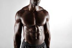 Hombre africano descamisado con ABS muscular imagen de archivo libre de regalías