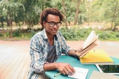 Hombre africano feliz que estudia al aire libre Fotografía de archivo