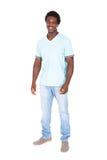 Hombre africano joven casual que presenta delante de cámara Fotos de archivo libres de regalías