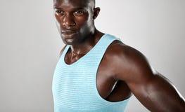 Hombre africano joven confiado con estructura muscular imágenes de archivo libres de regalías