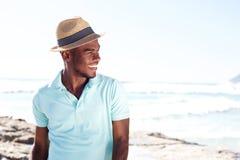 Hombre africano joven elegante en la playa Fotografía de archivo