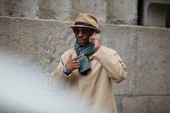 Hombre africano moderno que habla por el teléfono en ciudad fotografía de archivo