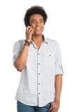 Hombre africano que habla en el teléfono móvil Foto de archivo libre de regalías