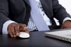 Hombre africano que trabaja en un ordenador Imagen de archivo
