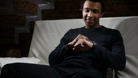 Hombre africano que usa Smartwatch para leer el correo electrónico y mensajes metrajes