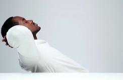 Hombre africano relajado sleaping en su lugar de trabajo Fotos de archivo libres de regalías