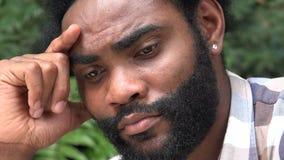 Hombre africano triste con la barba almacen de metraje de vídeo