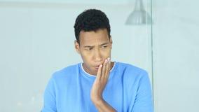 Hombre afroamericano con el dolor de muelas, dolor en dientes metrajes