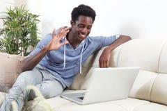 Hombre afroamericano con el ordenador portátil Imágenes de archivo libres de regalías