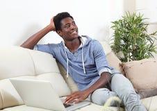 Hombre afroamericano con el ordenador portátil Fotos de archivo libres de regalías