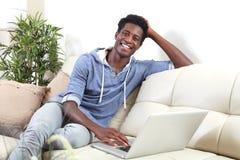 Hombre afroamericano con el ordenador portátil Imagen de archivo libre de regalías