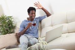 Hombre afroamericano con el ordenador portátil Fotos de archivo