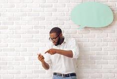 Hombre afroamericano con la burbuja del discurso Fotografía de archivo libre de regalías