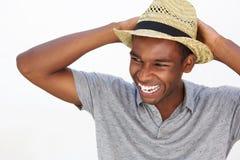 Hombre afroamericano despreocupado que sonríe con el sombrero Imagen de archivo libre de regalías