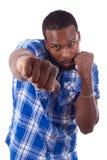 Hombre afroamericano en una posición del boxeo - personas negras foto de archivo
