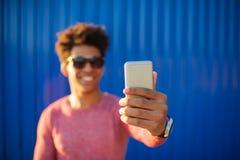 Hombre afroamericano feliz que hace la foto del selfie Imágenes de archivo libres de regalías